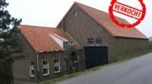 VERKOCHT landelijk gelegen woonboerderij aan de Oudendijk 56 te Strijen